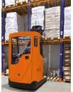 Wózek widłowy wysokiego składowania z pochylaną kabiną do intensywnej pracy